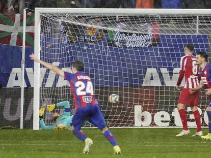 En foto, los jugadores del Eibar celebran el 2-0. En vídeo, los entrenadores del Atlético, Diego Simeone, y del Éibar, José Luis Mendilibar, tras el partido.