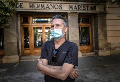 Xavier Mas-Masiá, ante la entrada del colegio de los maristas de Valencia, donde denuncia haber sufrido abusos.