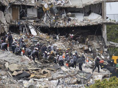 Los equipos de búsqueda y rescate en los escombros del edificio derrumbado de Surfside, Miami.