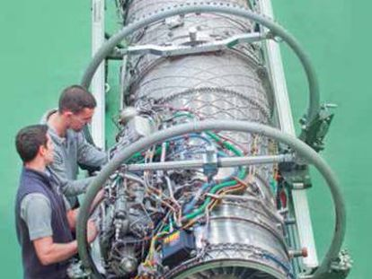 Dos operarios trabajan en una turbina en las instalaciones de ITP en Bizkaia.
