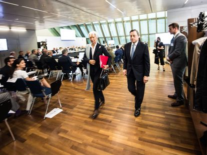 Christine Lagarde, presidenta del BCE, junto al expresidente del organismo, Mario Draghi.