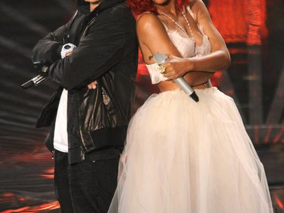 Eminem y Rihanna en la gala de los MTV Video Music Awards celebrada en 2010. Ese año triunfaron en todo el mundo con el dueto 'Love the way you lie'.