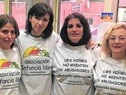 Madres de Infancia Libre, tras ser invitadas por Podemos al Senado en 2017.