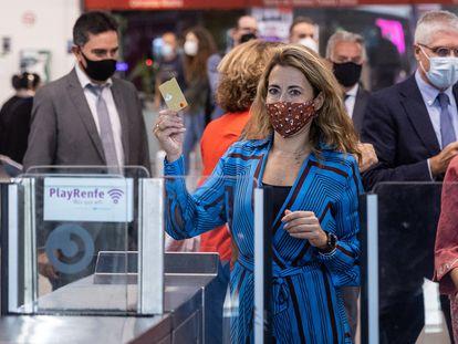 La ministra de Transportes, Movilidad y Agenda Urbana, Raquel Sánchez, muestra una tarjeta bancaria mientras cruza los tornos de la estación de Cercanías de Nuevos Ministerios en Madrid, el pasado lunes.