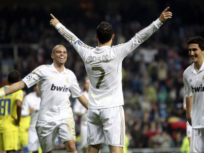 Ronaldo celebra el gol junto a Pepe y Sahin.
