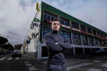 Carlos Ruiz (Madrid, 1997), luchador profesional para la WWE, posa para ICON frente al gimnasio en donde solía entrenar de niño, en el barrio de Entrevías al sur de Madrid.