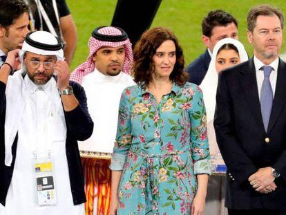 La presidenta de la Comunidad de Madrid, Isabel Díaz Ayuso, en el centro, durante la final de Supercopa en Arabia Saudí. En vídeo, sus declaraciones sobre su presencia en la final.