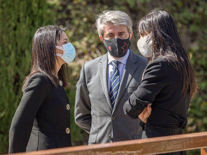 Inés Arrimadas conversa con Begoña Villacís, junto al exconsejero de transportes de la Comunidad de Madrid Ángel Garrido, durante el  homenaje a las víctimas de los atentados del 11-M.