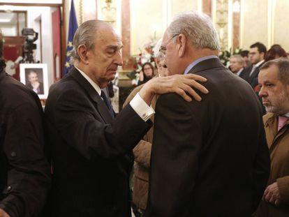 Landelino Lavilla (izquierda) y Alfonso Guerra conversan en el Congreso.