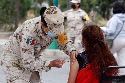 Army personnel apply the vaccine against covid-19, in Ensenada, Baja California.