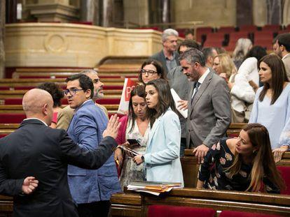 Diputados de Ciudadanos y PSC a la espera del inicio del pleno que finalmente se ha suspendido.