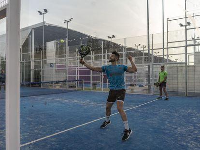 Jugadores en las pistas de pádel de la Ciudad de la Raqueta en Madrid.