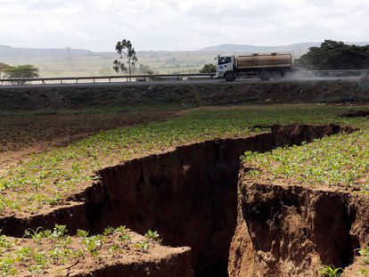 Un camión circula cerca de la grieta abierta en Mai Mahiu, Kenia, el 28 de marzo de 2018.