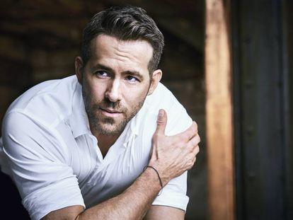 Ryan Reynolds es la imagen de Armani Code Absolu, una fragancia con especias orientales y ron. Él es propietario de una marca de ginebra.
