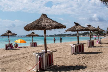Sombrillas y tumbonas en la playa de Alcudia, en Mallorca, el pasado domingo.