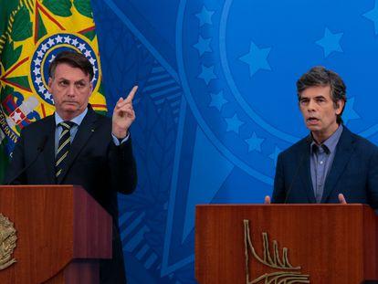 El presidente de Brasil, Jair Bolsonaro, junto al ministro de Salud, Nelson Teich, en Brasilia.