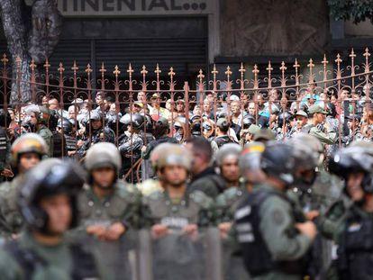 Simpatizantes de Nicolás Maduro vigilan la salida de la Asamblea Nacional, este martes en Caracas. En vídeo, el incidente.