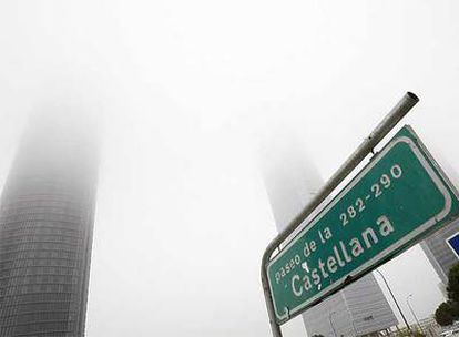 La niebla envuelve las torres de la antigua Ciudad Deportiva del Real Madrid.