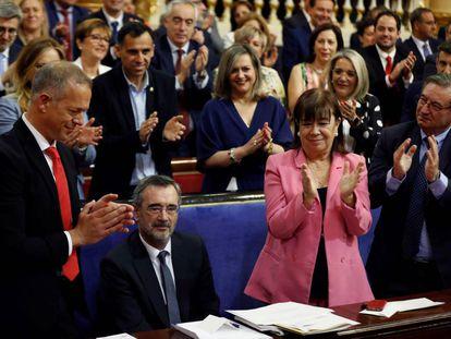 Manuel Cruz (sentado) recibe el aplauso de los senadores socialistas tras su elección como presidente del Senado.