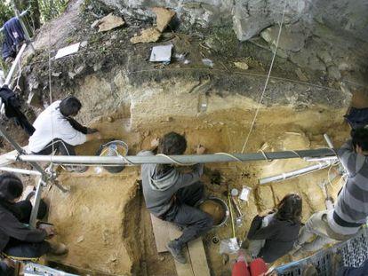 Arqueólogos trabajan en A cova de Eirós en Triacastela.