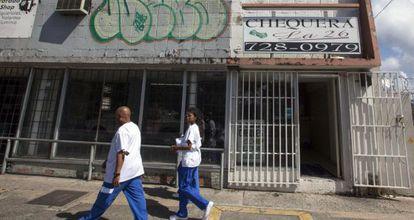 Fachadas de tiendas cerradas en San Juan (Puerto Rico), este miércoles.