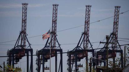 Terminal de contenedores en el puerto de Nueva York