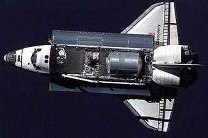Fotografía del transbordador Discovery, transmitida desde el espacio.