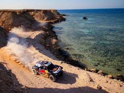 Carlos Sainz y Lucas Cruz, durante la novena etapa del Rally Dakar.