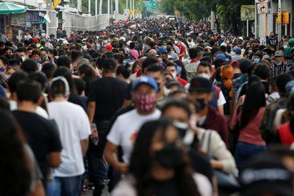 Personas caminan en una calle de Ciudad de México.