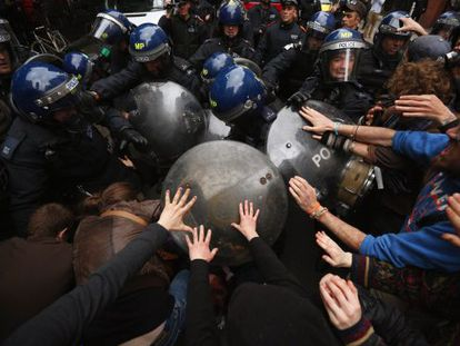 Disturbios entre policía y manifestantes en Londres tras una protesta contra la cumbre del G-8.