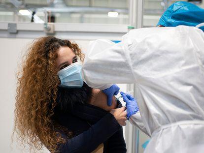 Vacunación contra la covid-19 en el hospital Isabel Zendal de Madrid, el martes.