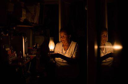 Una mujer de Caracas sostiene una lámpara de queroseno durante el apagón del 9 de marzo.