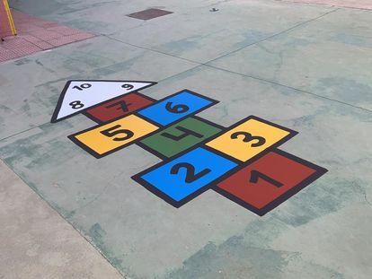 Una rayuela en el patio de un colegio.