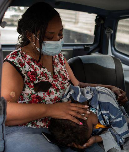 Yohelys Cespedes consuela a su hijo Angel antes de ingresarlo al hospital. Caracas, Angel tiene 14 años y es paciente renal desde hace 4 años. Está en espera de un transplante de riñon. 20 de Octubre del 2021 en  Caracas, Venezuela.
