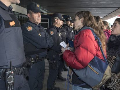 La Asamblea Feminista 8M de València durante su protesta en la puerta de la Delefación de Gobierno.