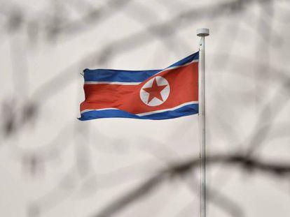 Una bandera de Corea del Norte ondea en la embajada de este país en Pekín este miércoles.