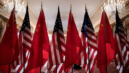 Banderas estadounidenses y chinas en un encuentro oficial entre el exsecretario de Estado de EE UU, Mike Pompeo, y el ministro de Exteriores chino, Wang Yi, en Washington en 2018.