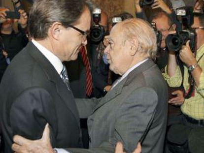 Artur Mas es felicitado por Jordi Pujol tras su reelección como presidente de la Generalitat.