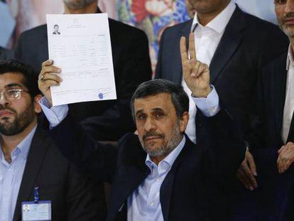 El expresidente iraní Mahmud Ahmadineyah registra su candidatura para las elecciones del pasado 19 de mayo.