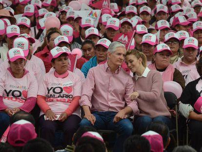 Del Mazo y su esposa, Fernanda Castillo, durante el evento de entrega del Salario Rosa.