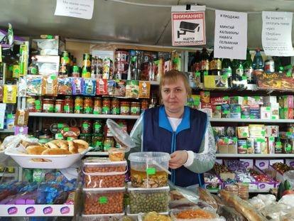 Elena Balzannikova, en su tienda de alimentación junto al monasterio de Optina Pustyn en la ciudad rusa de Kozelsk.