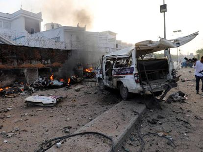 Una camioneta arde, en el lugar de una explosión en Mogadiscio (Somalia).