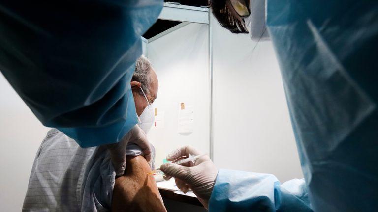 Una persona es vacunada en Viena (Austria).