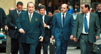 A la izquierda, Jesús Gil junto a Enrique Cerezo y Del Nido, que porta un maletín, llegan a la Audiencia de Málaga en marzo de 2000.