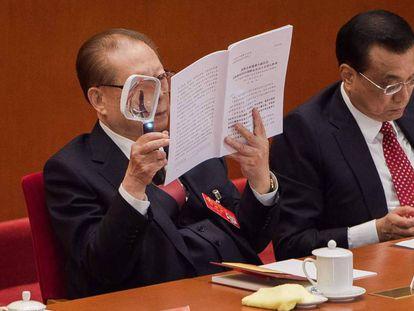 Jiang Zemin le el discurso de Xi con una lupa en el 19 congreso del Partido Comunista de China este miércoles en Pekín.