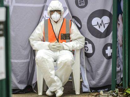 Un trabajador con traje protector en Sudáfrica, donde se ha decretado el confinamiento nacional.