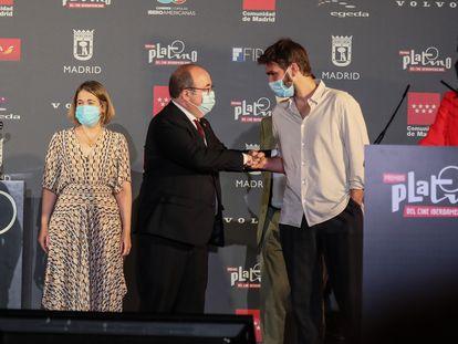 El Ministro de Cultura, Miguel Iceta, saluda al compositor Lucas Vidal en la lectura de las nominaciones de los Premios Platino de series y cine latinoamericano, en el auditorio del Ayuntamiento de Madrid.