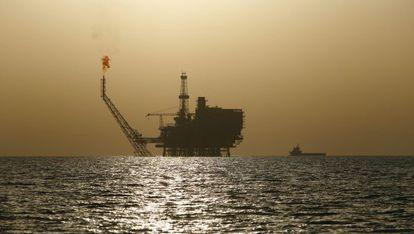 Una plataforma petrolífera cerca de la costa de Libia