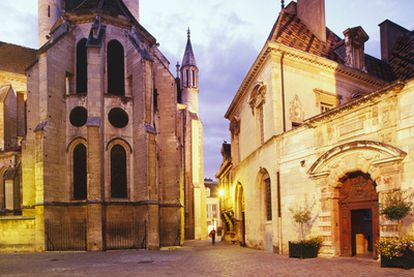 Ábside de la iglesia de Notre Dame y el Hôtel de Vogüé, en Dijon (Francia).