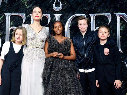 Angelina Jolie con cuatro de sus seis hijos, Vivienne, Zahara, John y Knox, en el estreno de 'Maléfica II' en Londres en octubre de 2019.